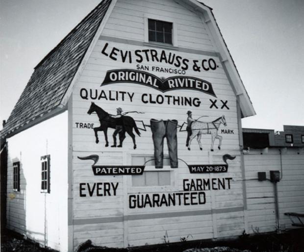 История джинсов левис девушки на работе ультракоротких платьях