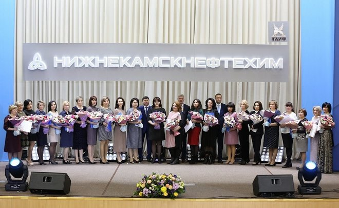 Айрат Сафин женщинам НКНХ: «Без вас не было бы нашего коллектива»