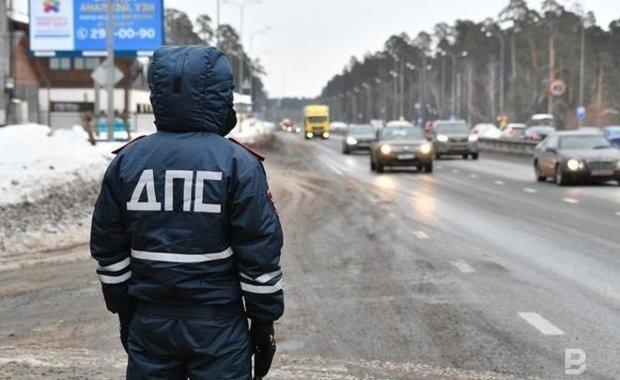 На трассе в Татарстане автоинспекторы помогли девушке починить сломанную иномарку