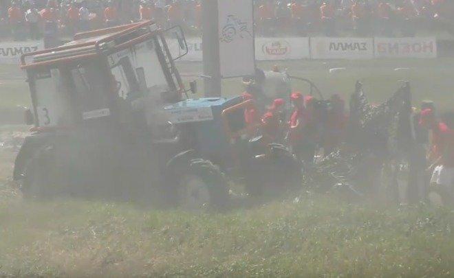 В пригороде Ростова трактор въехал в группу журналистов. Видео