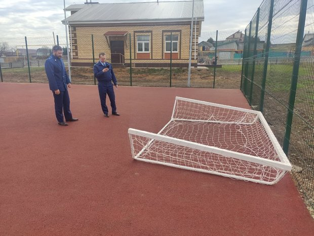 В Татарстане возбудили уголовное дело после падения металлических ворот на девочку