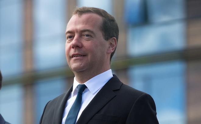 Медведев поручил поэтапно снять санкции вотношении Турции