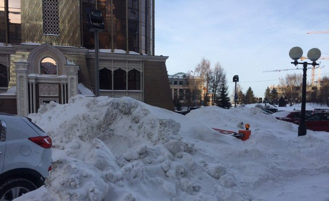 Общественники отыскали трехметровые сугробы наостановках и дорогах вцентре Казани