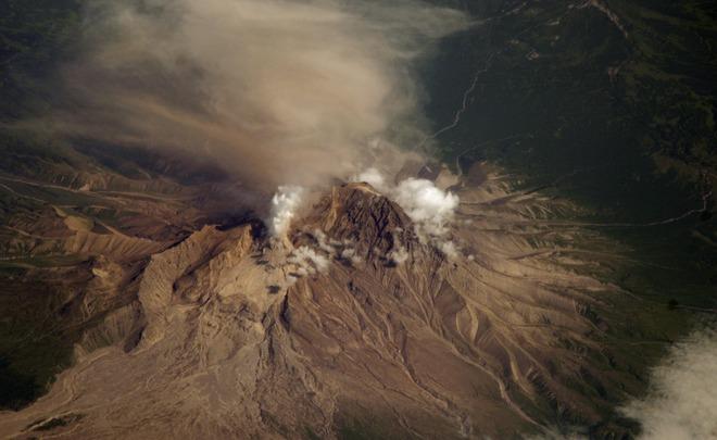Камчатский вулкан Шивелуч выбросил столб пепла навысоту 5 километров