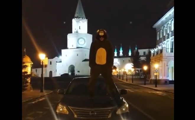 Казанец вкостюме обезьяны станцевал нафоне Кремля
