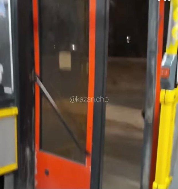 Соцсети: в Казани автобус в 30-градусный мороз ехал с открытой дверью