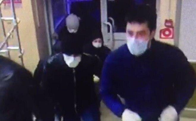 ВКазани неизвестные вмасках разгромили витрины в коммерческом центре