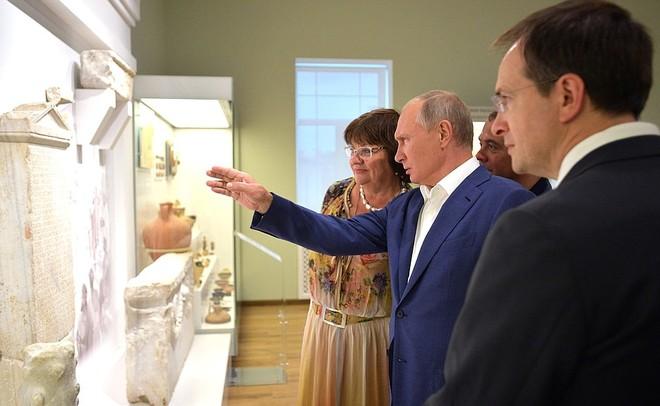 Чем занимались Путин иМедведев воккупированном Крыму