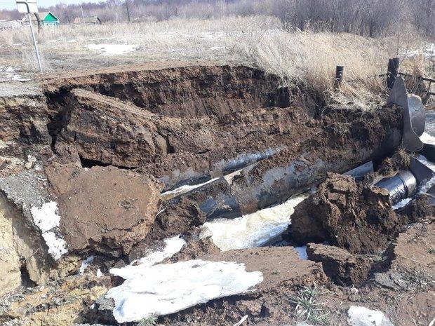 В Татарстане провалилась дорога из-за подмыва водопропускных труб