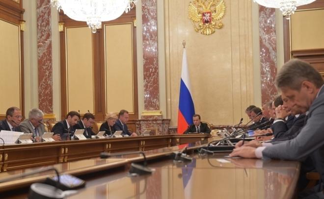 Медведев предложил отменить налог накорпоративные автомобили