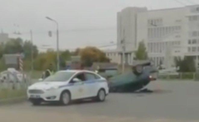 Соцсети: в Казани иномарка протаранила забор и легла на крышу