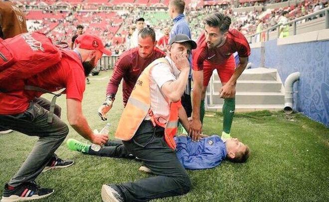 Футболисты сборной Португалии помогли упавшему в обморок на матче в Казани болл-бою