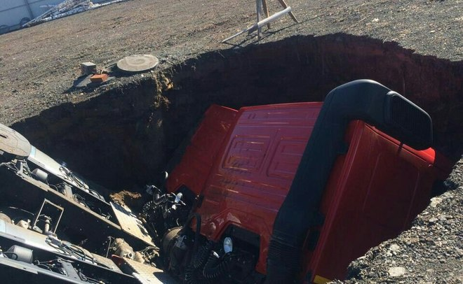 ВНабережных Челнах два «КАМАЗа» провалились под землю