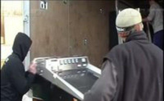 Гражданин Челнов нанял грузчиков для кражи платежного терминала