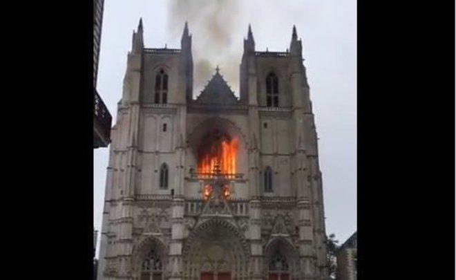 Пожар в Нантском соборе Петра и Павла — Реальное время