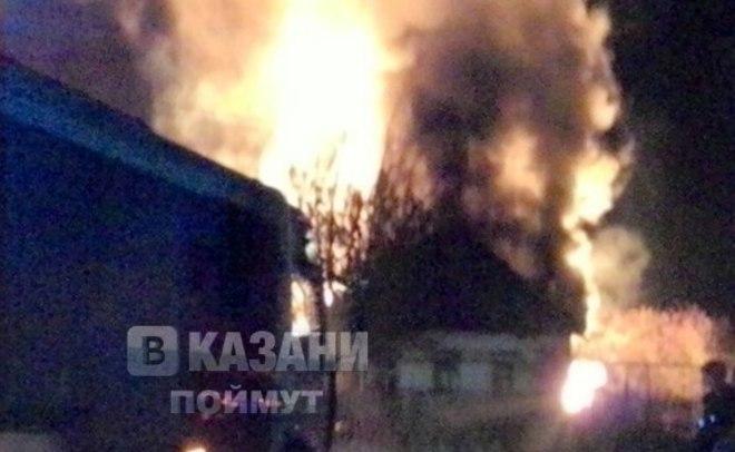 Вказанском поселке Мирный загорелась баня, огонь перекинулся наблизлежащие постройки