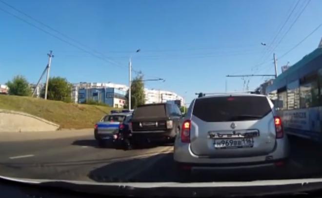 ВКазани шофёр  джипа  впроцессе  задержания сбил полицейского