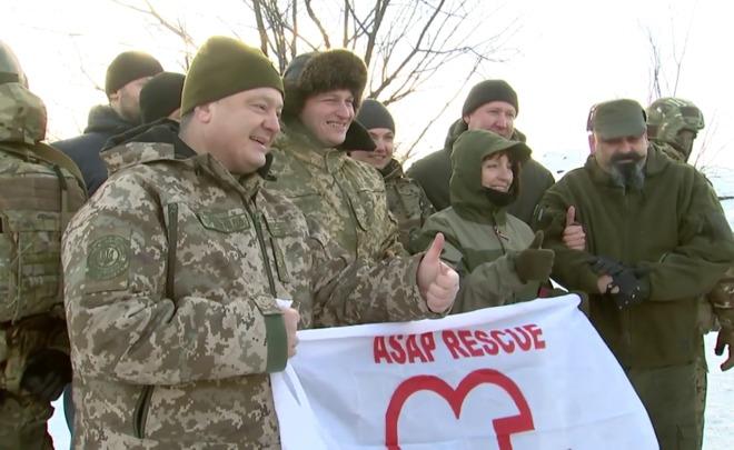 Порошенко наДонбассе поздравил военных сгодовщиной ВСУ