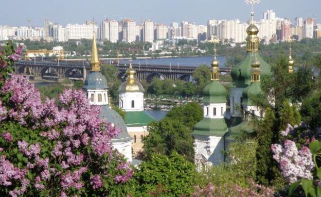 Размещено видео избиения жителя России упосольстваРФ вКиеве