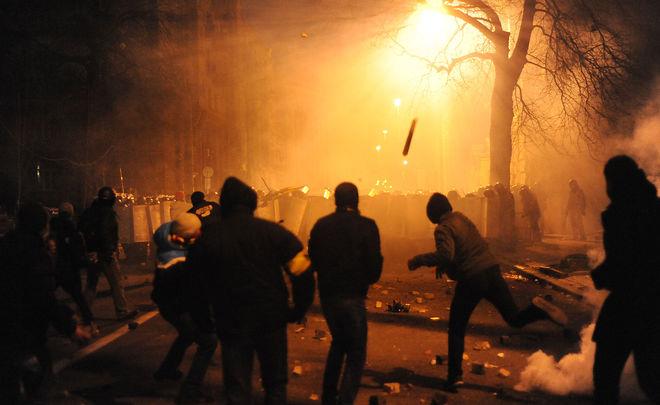 Вцентре столицы Украины начались стычки между протестующими иполицией