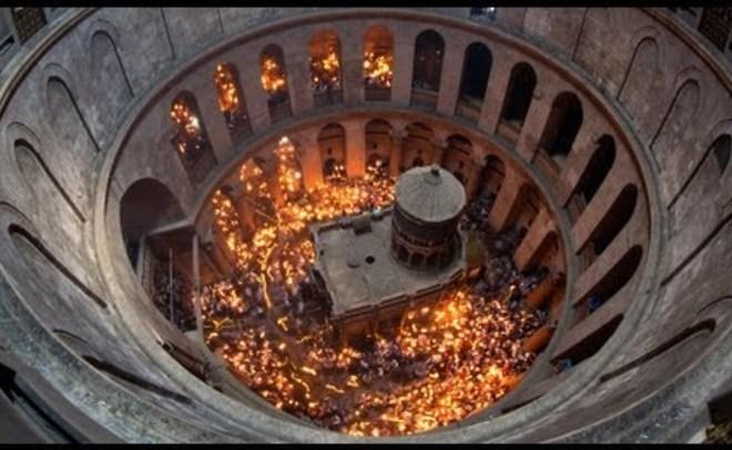В монастыре Гроба Господня вИерусалиме сошел Благодатный огонь