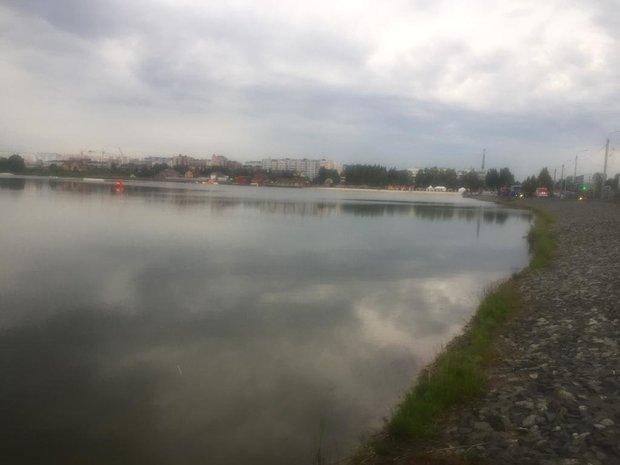 В Альметьевске специалисты ликвидируют радужное пятно на городском озере