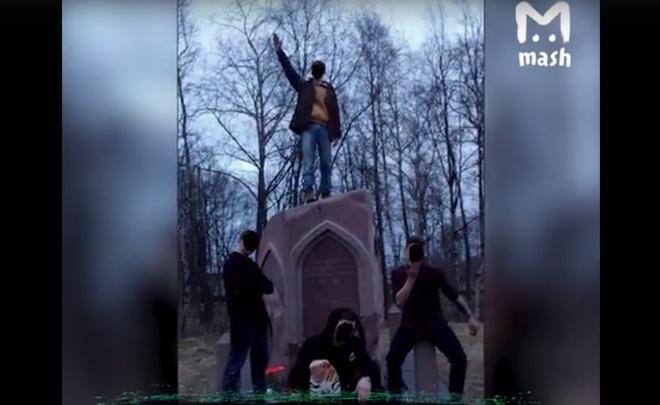 ВКарелии «зигующие» подростки осквернили монумент солдатам Татарстана