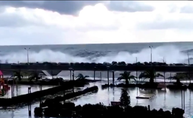 ВСочи волны затопили первые этажи гостиницы