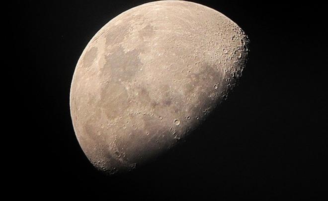 Ученые поведали, какого цвета Луна посути
