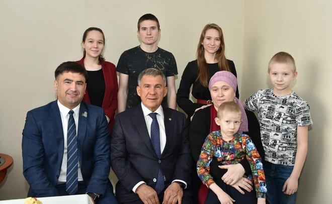 Рустам Минниханов зашел в гости к многодетной семье, которая получила две бесплатные квартиры