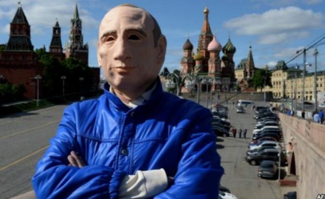 Гулявшего поКрасной площади вмаске Владимира Путина оштрафовали на300 тыс.