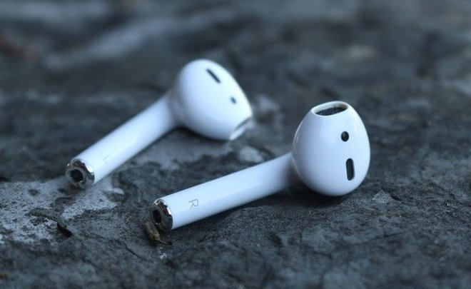 Весной Apple выпустит обновленные наушники AirPods вчерном цвете